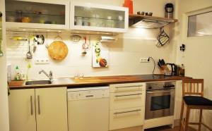 Dieses Bild zeigt die komplett ausgestattete Küche.